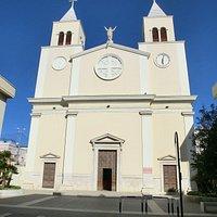 Chiesa settecentesca con facciata rosonica e due uguali campanili.