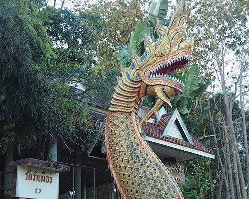 ワット・ドイ ンガム ムアン寺院、石段下のナーガ。