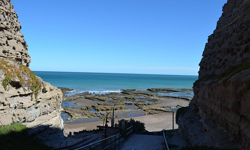 A la playa La Loberia, se desciende por un camino entre barrancas.