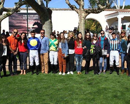 Foto con los jockeys el día de carreras