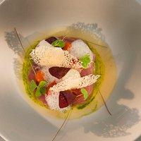 warmes Thunfisch sasahimi mit Tomatengelee / Oxalis / Tomatenbutter / Parmesan