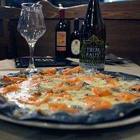 Pizza Adelaide con mozzarella, gorgonzola e salmone affumicato norvegese su impasto speciale Bla