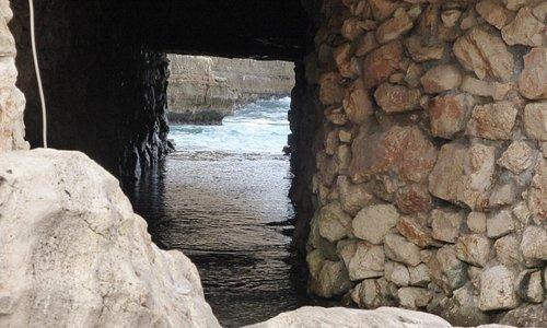 mare attraverso la grotta