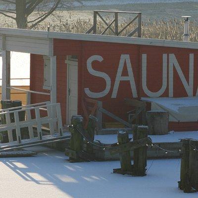Mazurska SAUNA zimą jest zacumowana do pomostu w porcie Rybaczówka w Bogaczewie k/Giżycka.