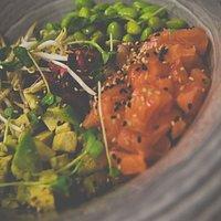 Sushi Bowl (Huiki Salad, a scelta tra salmone, tonno, branzino, bacelli di soia, avocado )