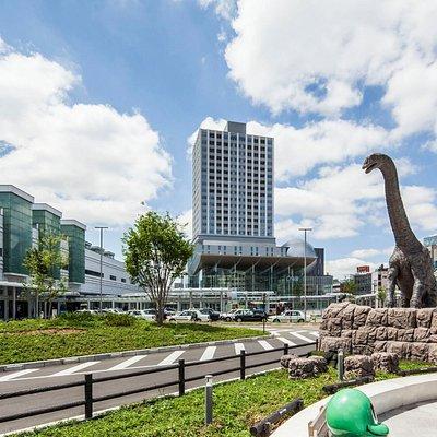 JR福井駅より徒歩1分、反対側には恐竜広場もあります。