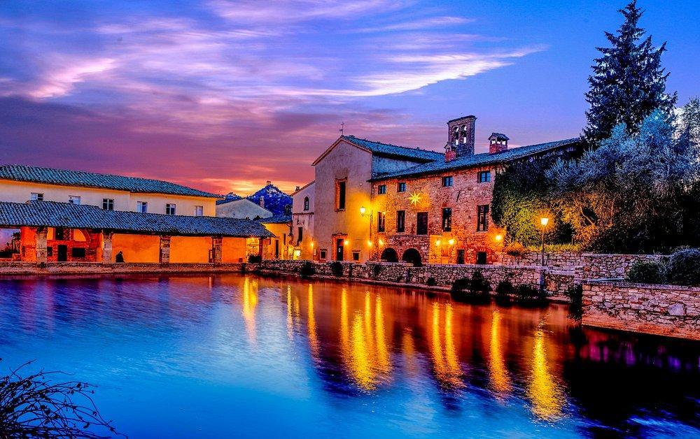 La vasca di Bagno Vignoni in un tramonto invernale.
