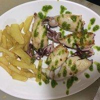 Uno de nuestros platos, Chipirones a la plancha con salsa verde.