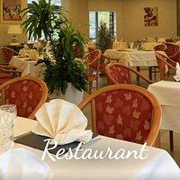 Salle de restaurant lumineuse et confortable