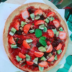 AM 10:30到來採草莓的人非常多,莓圃很乾淨,旁邊有餐廳,拔完草莓後還可以吃午餐,草莓Pizza及草莓蛋糕不錯吃,用餐環境乾淨愉快❤️親子可ㄧ起玩喔