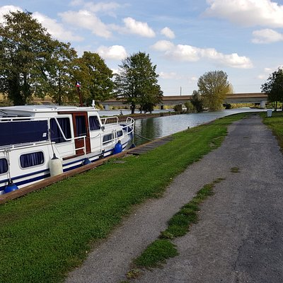 A Feuillères, un aire de pique-nique aménagée et de grands étangs.