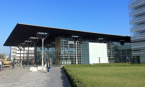 Вокзал Casa Port расположен в центре Касабланки, рядом с мединой и недалеко от мечети Хасана II.