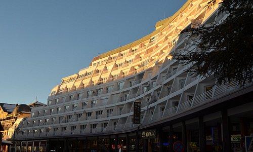 O Hotel ocupa apenas o primeiro piso de varandas. Acima são apartamentos independentes sem ligaç