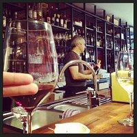 Jullie kunnen elke fles wijn per glas proeven