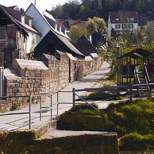 Hier befindet sich noch die alte Stadtmauer von Otterberg