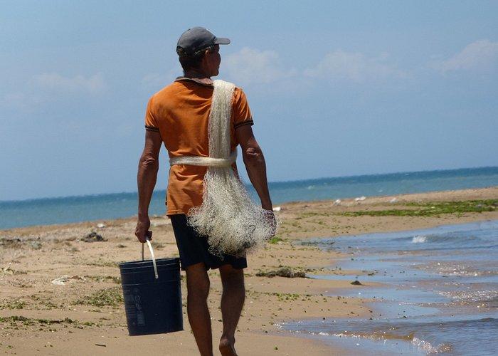 Pescador con sus herramientas (Tarraya y Tobo)
