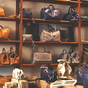 Del Conte Bassano offers exclusive service of custom-made production of each bag.