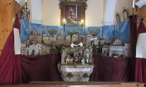presepe allestito sull'altare