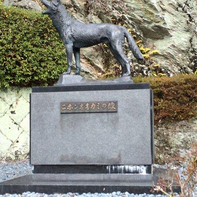 ニホンオオカミの像