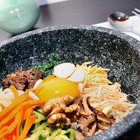 Dolsot bibimbap : Riso con vari ingredienti cotti, condito in salsa a scelta