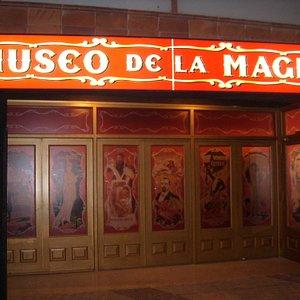 Puerta principal del Museo de la Magia, con carteles de magos