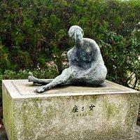野外彫刻 座る女 外観