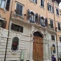 Facciata del Palazzo Larcher Fogazzaro
