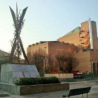 Il monumento col Teatro Strehler