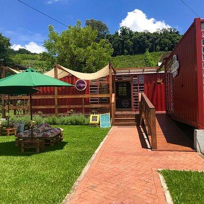 Ambiente externo montado, nele servimos tábuas de frios, cervejas, vinhos e espumantes!