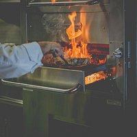 Las carnes se cocinan en el horno Southbend a 800º quedando caramelizadas en su exterior