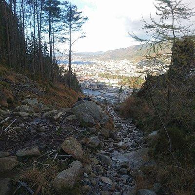 """Fél úton felfelé a """"túra útvonalon"""",Bergen a háttérbe."""