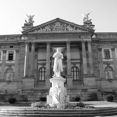 Schiller vorm Staatstheater