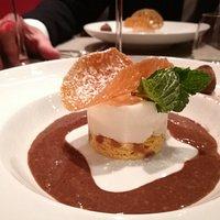 Dessert : cake aux pommes caramélisées, poire glacée, crème truffe cacao