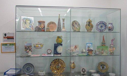 vetrina con ceramiche locali