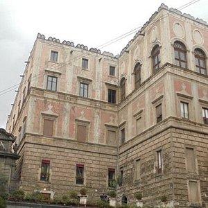 Il palazzo visto da via Chiaia