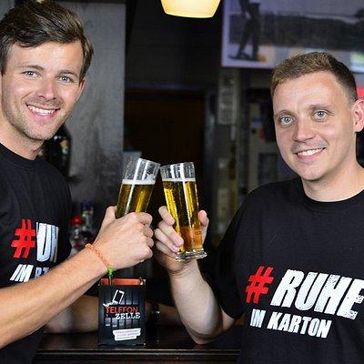 Wir sind Wolfgang und Erik. Die beiden Gründer der MännerTagebuch-Bar-Tour-Berlin.
