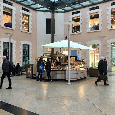 Centre Commercial La Visitation et sa belle place centrale