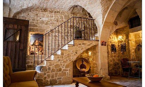 Spazio accoglienza per ospiti e visitatori carattarezzato da volta a crociera in pietra di Modic
