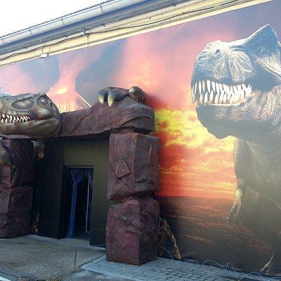 L'ingresso al padiglione con la mostra sui dinosauri