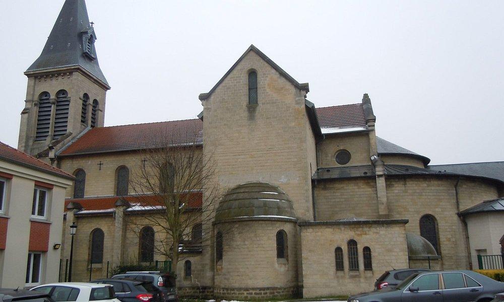 Prise de vue latéral droit de l'église depuis le parking de la paroisse
