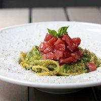 Spaghetti con zucchine, cacio, pepe e tartare di tonno