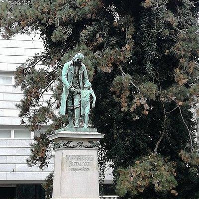 Monumento no centro do parque.