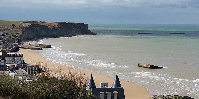 Vue sur le port artificiel d'Arromanches ©J. Mercier-Papin