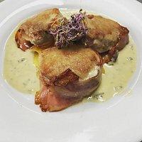 Solomillo de cerdo Wellington con salsa de manzana y queso