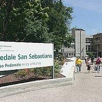 La foto è tratta dalla collezione di Bing e rappresenta l'ingresso attuale dell'ospedale