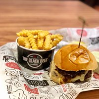 Cheeseburger com batata frita e shake ninho