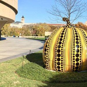 円形の美術館の外周には彫刻が並べられている。草間彌生の「かぼちゃ」もあった