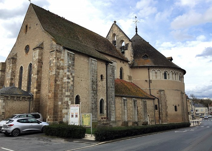 la basilique au chevet plat et l'église au fond