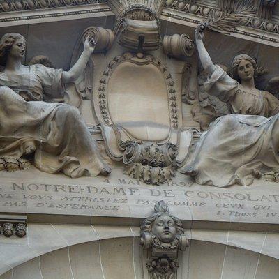 Sculptures au-dessus du portail central