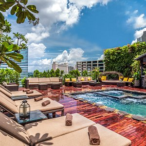 Rooftop Jacuzzi Pool and Bar